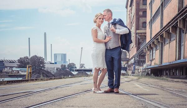 Brautpaar am Rheinhafen in Karlsruhe