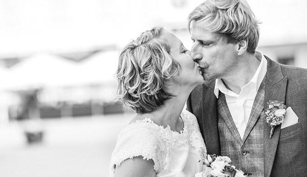 Schwarzweissfoto Brautpaar bei einer Hochzeit in der Karlsburg Durlach