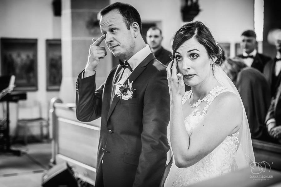 Brautpaar weint in der Kirche