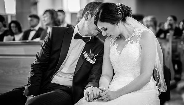 Brautpaar in Kirche bei Hochzeit
