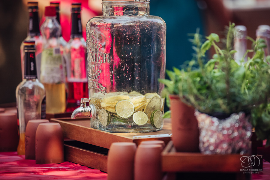 Wasser Erfrischung in Glas mit Becher und Zitrone