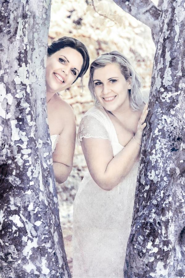 Infrarot Hochzeitsfotos Paar zwischen Baum