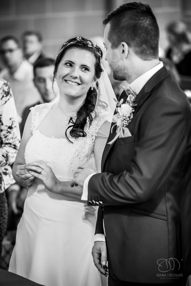 Brautpaar beim Ringwechsel in der Kirche Hochzeit