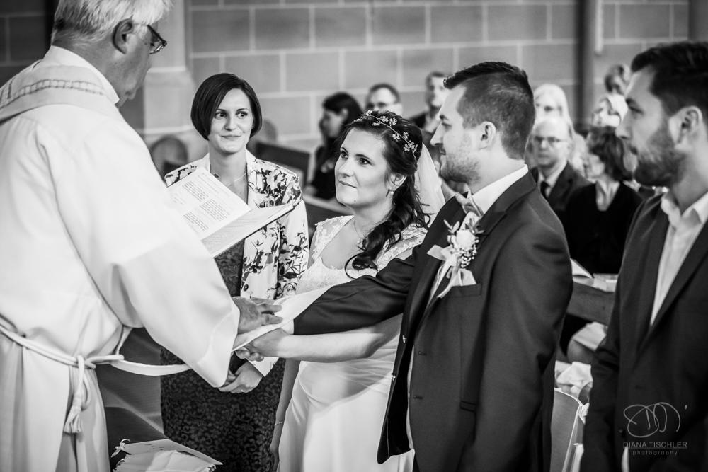 Brautpaar bei der Trauung in Kirche