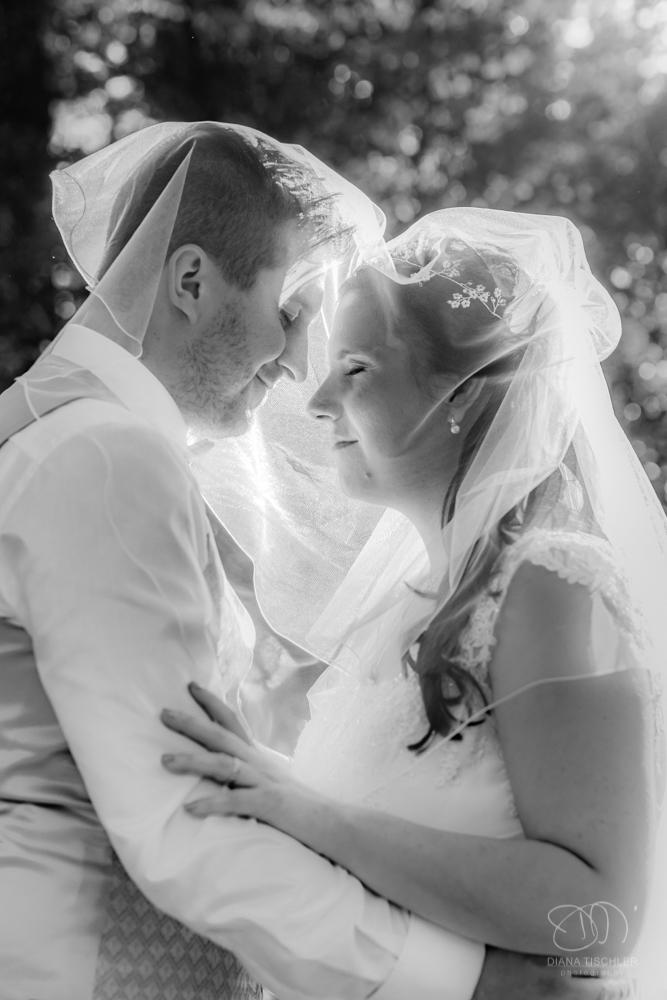 Brautpaar im Wald unter dem Schleier