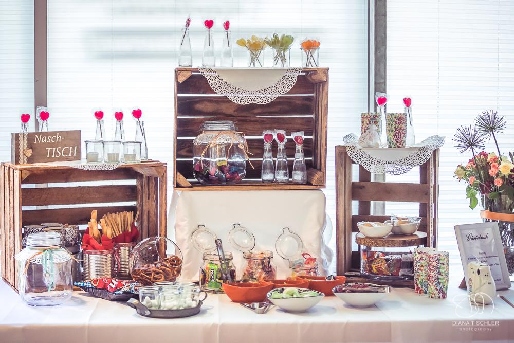 Candy Bar bei Hochzeit in Weinkisten