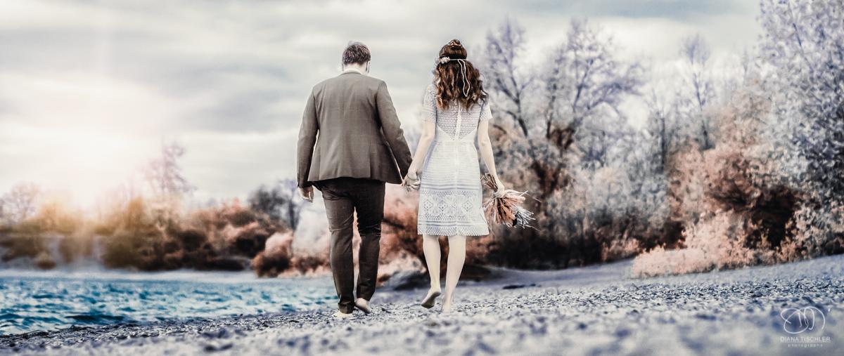 Infrarot Foto Hochzeit Brautpaar geht am Strand entlang