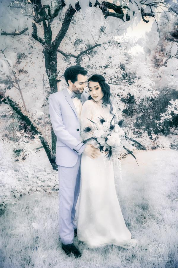 Infrarot Hochzeitsfotos Paar unter einem Baum