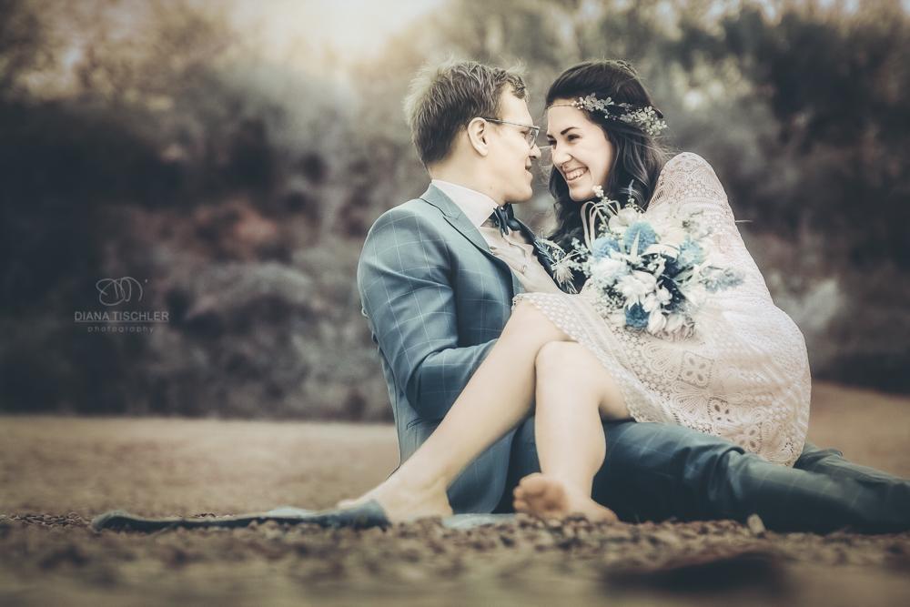 Infrarot Hochzeitsfotos Paar am Strand sitzend