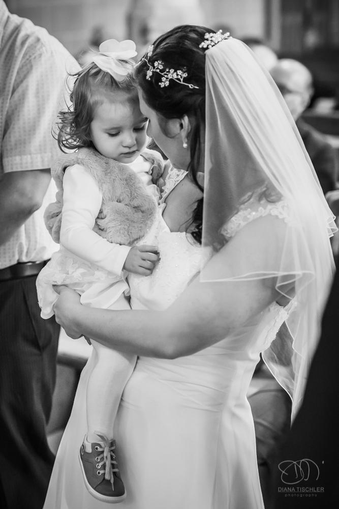 Braut mit Kind Taufe Hochzeit in Kirche