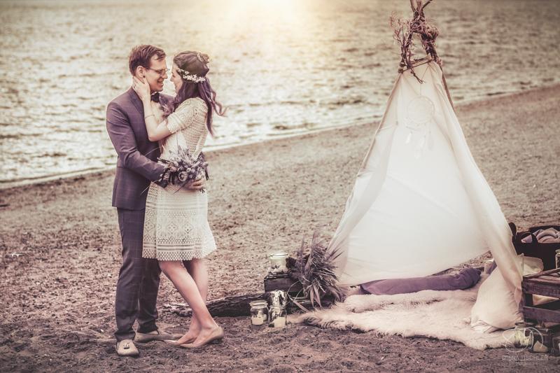 Infrarot Foto Hochzeit Brautpaar am Strand mit Tipi