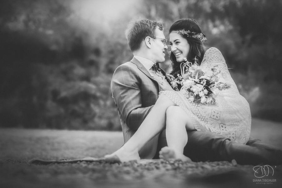 Infrarot Foto Hochzeit Brautpaar sitzt am Strand lachend Schwarzweiss