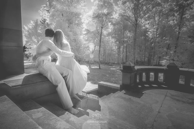 Infrarot Foto Hochzeit Brautpaar auf Stufen im Wald