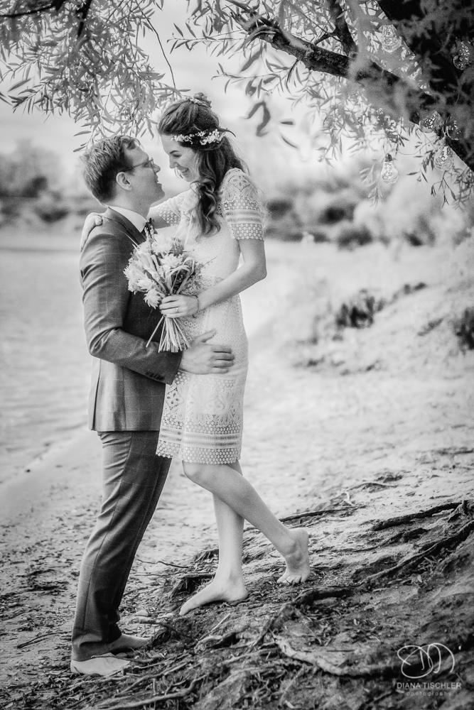 Infrarot Foto Hochzeit Brautpaar am Strand unter Baum Schwarzweiss