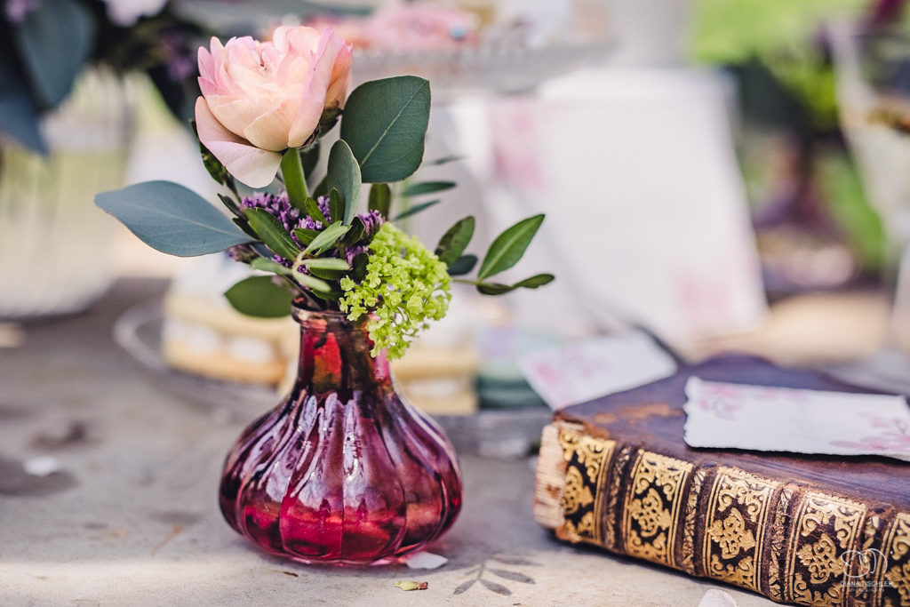 Blumen in kleiner Vase auf vintage Tisch Hochzeit