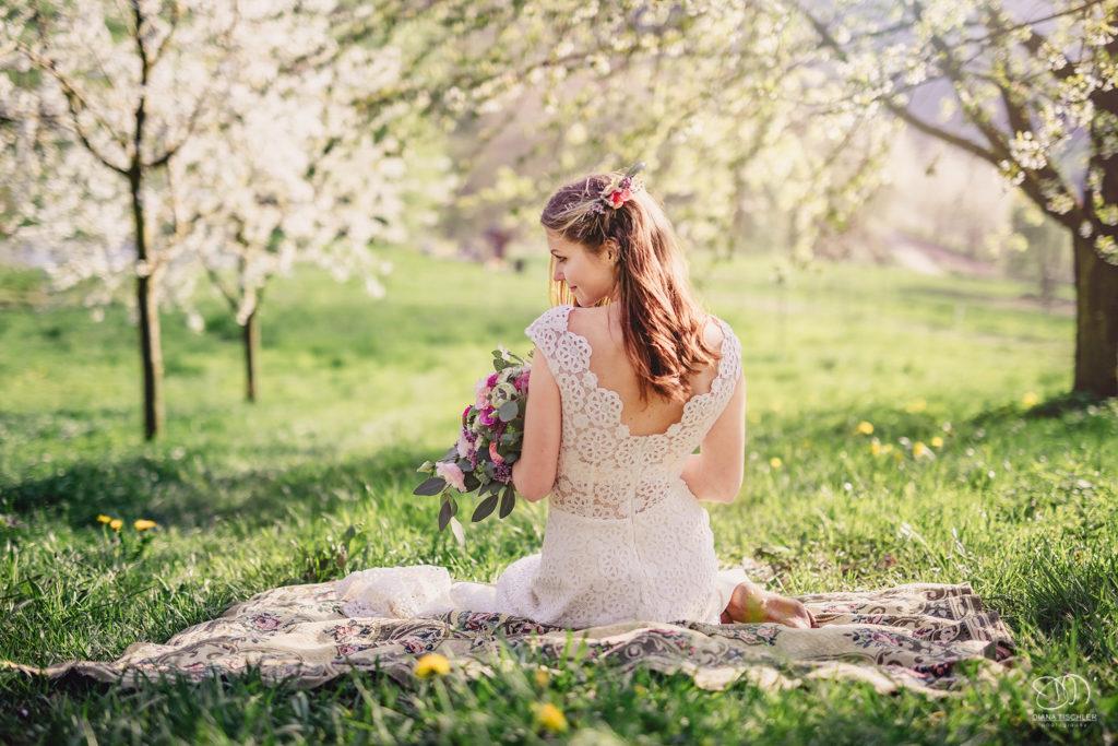 Braut auf der Wiese im warmen Abendlicht