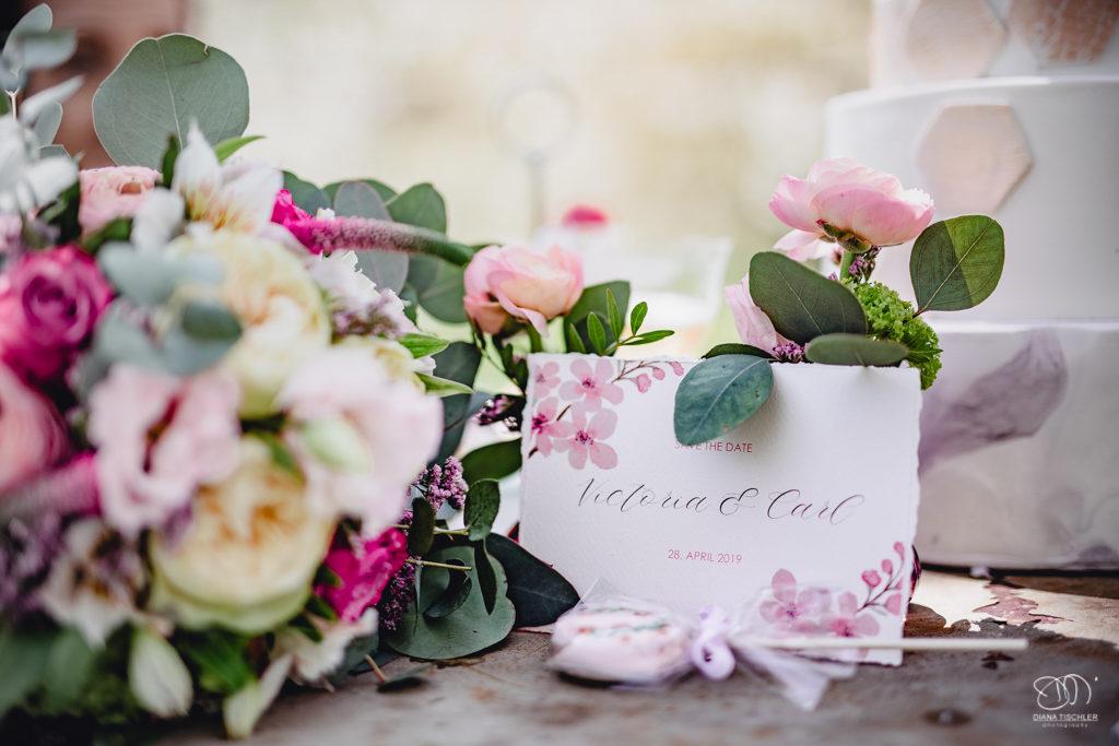 Tischdekoration Platzkarten mit Blumen