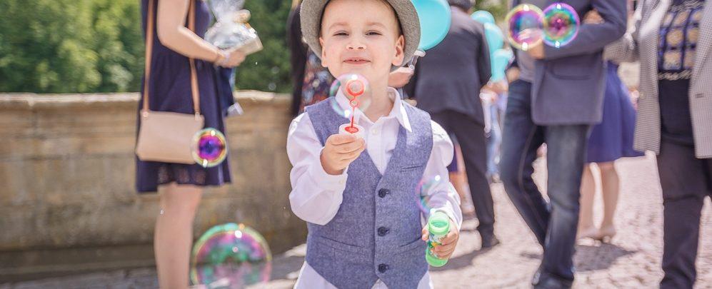 Junge mit Seifenblasen bei Hochzeit