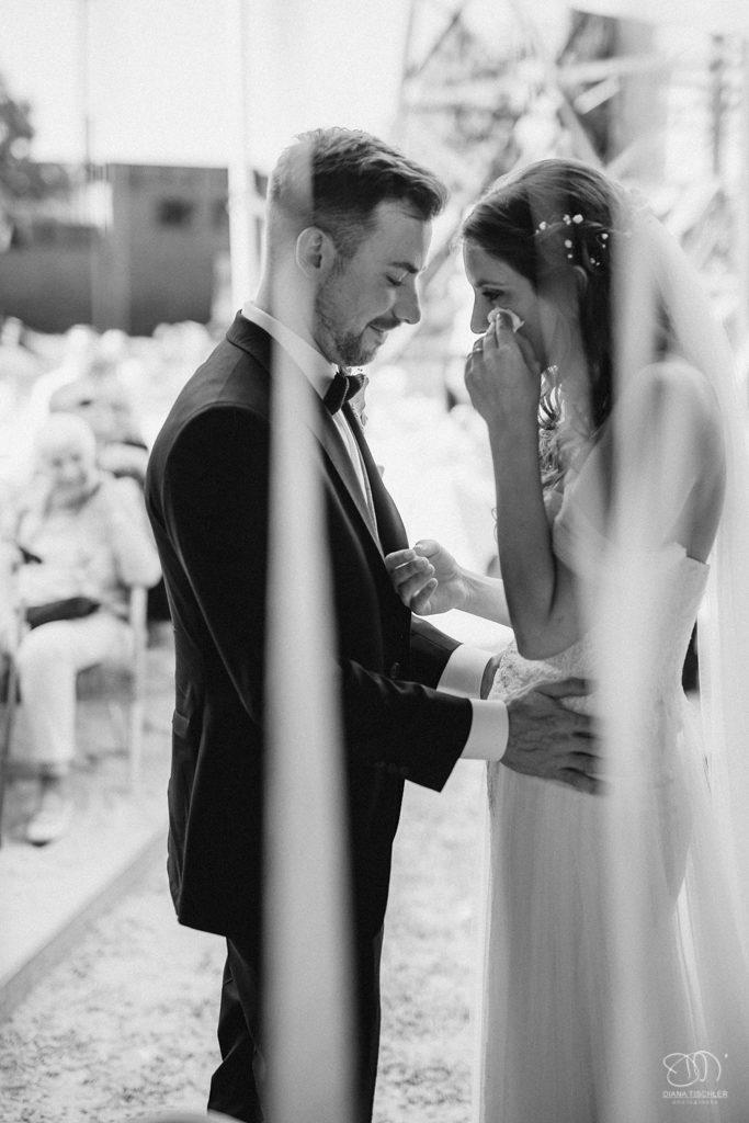 Brautpaar nach dem Eheversprechen Braut weint Schwarzweissfoto Hochzeitsfotograf Baden-Baden Ranstastic