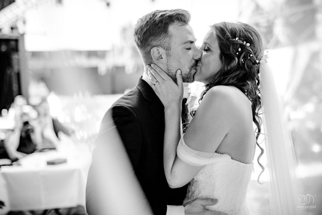 Brautpaar bei der Trauung Kuss Schwarzweissfoto Leistungen Hochzeitsfotograf