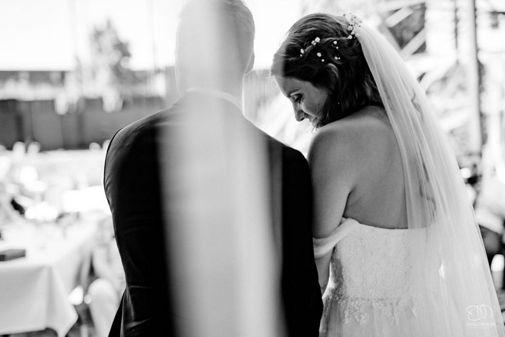 Brautpaar bei der Trauung innig zugewandt Schwarzweissfoto durch Vorhang fotografiert Leistungen Hochzeitsfotograf