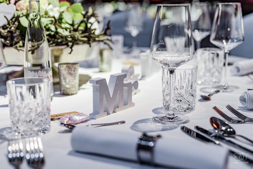 Tischdekoration Serviettenring um weisse Serviette mit Mr und Mrs Buchstaben / Hochzeitsfotograf Hochzeitsfotograf Baden-Baden Rantastic