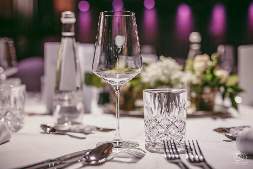 Tischdekoration bei der Hochzeit kleine silverne Becher auf Silberteller mit Schleierkraut und Rosen / Hochzeitsfotograf Baden-Baden Rantastic