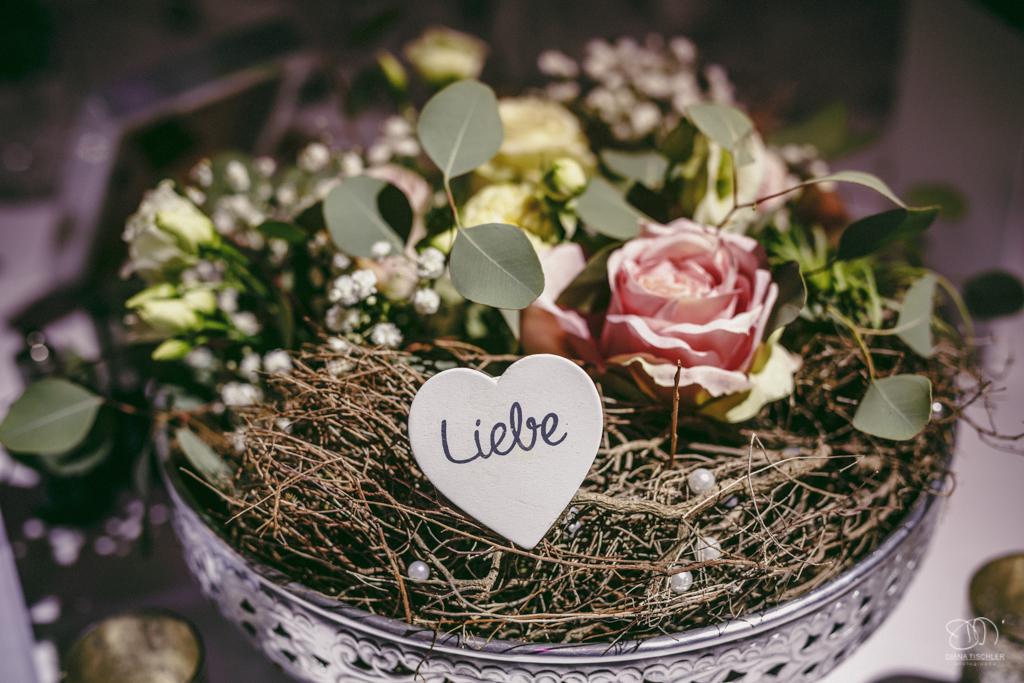 Tischdekoration bei der Hochzeit kleine silverne Becher auf Silberteller mit Schleierkraut und Rosen und Holzherz Liebe / Hochzeitsfotograf