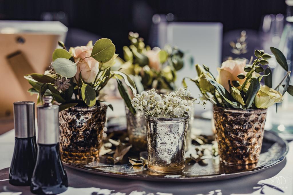 Tischdekoration bei der Hochzeit kleine silverne Becher auf Silberteller mit Schleierkraut und Rosen Hochzeitsfotograf Baden-Baden Rantastic