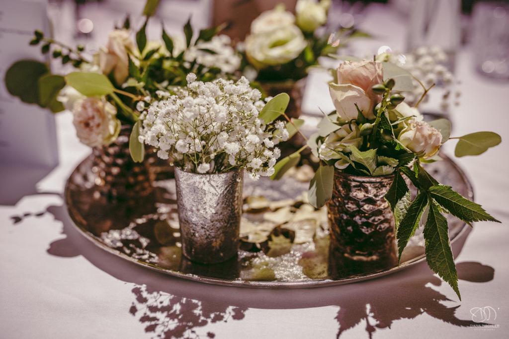 Tischdekoration bei der Hochzeit kleine silverne Becher auf Silberteller mit Schleierkraut und Rosen Hochzeitsfotograf Baden-Baden Rantastic Innenraum