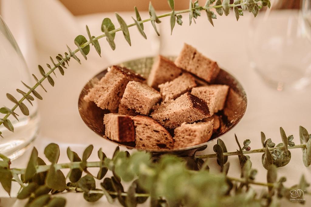 geschnittenes Brot in silberner Schale mit Eukalyptusblätter Hochzeitsfotograf Karlsruhe Aurum Weinbar