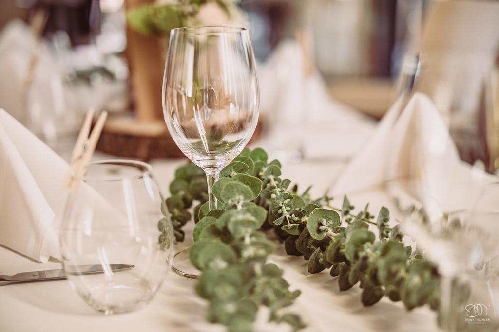 Tischdekoration Glas mit Eukalyptuszweig und weißer Tischdecke und Servietten Aurum Weinbar Hochzeitsfotograf Karlsruhe
