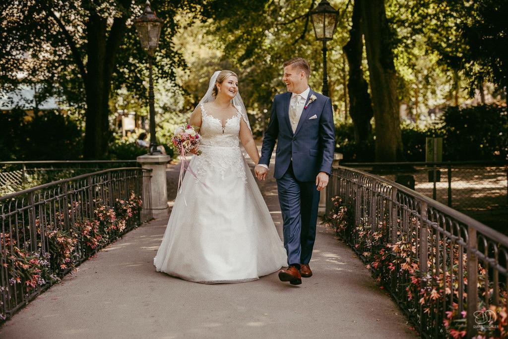 Brautpaar geht über eine Brücke in Baden-Baden Lichtentaler Allee