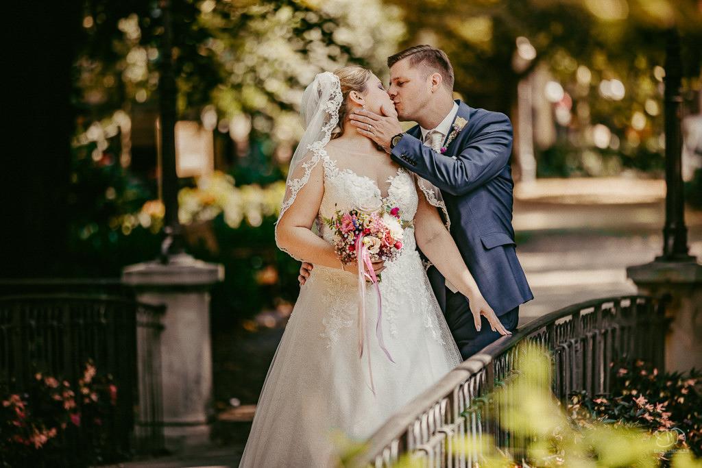 Brautpaar küsst sich auf einer Brücke in Baden-Baden Lichtentaler Allee Hochzeitsfotograf