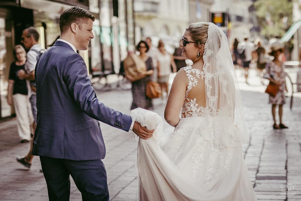 Brautpaar geht durch die Altstadt Baden-Baden