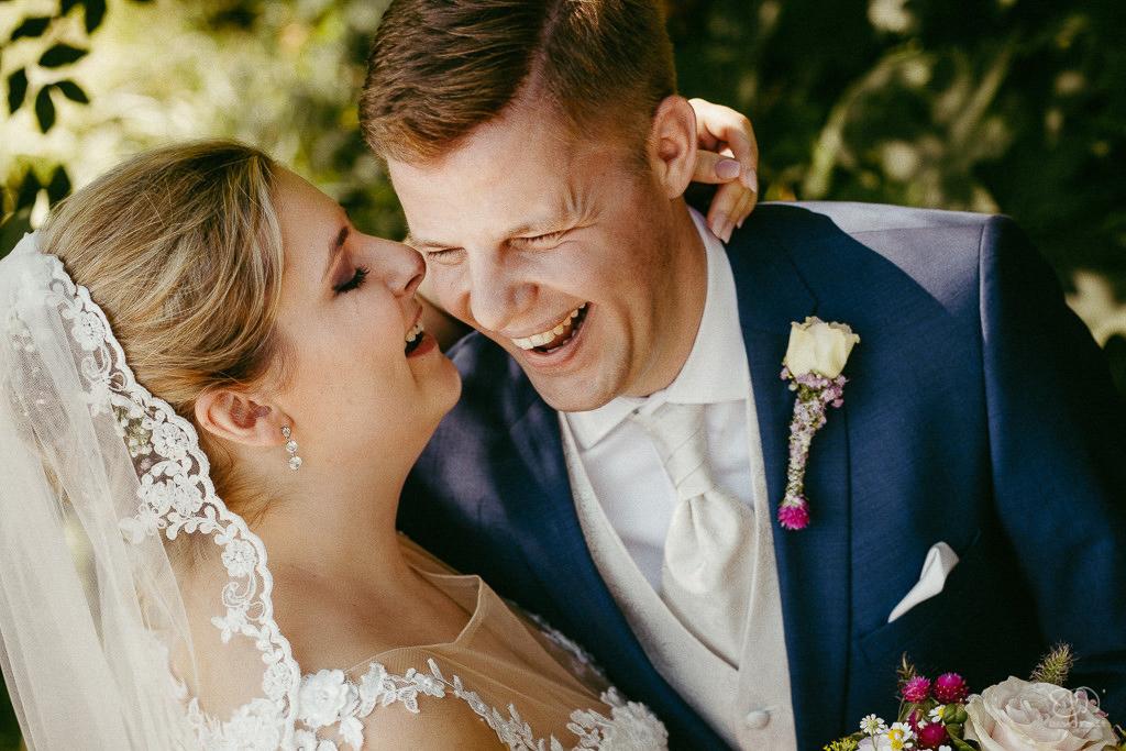 Brautpaar erzählt sich witzige Sachen und lacht