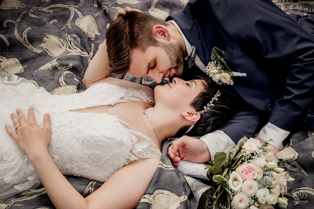Brautpaar liegt auf einer Decke und schaut sich verliebt an / Karlsruhe Hochzeitsfotograf buchen
