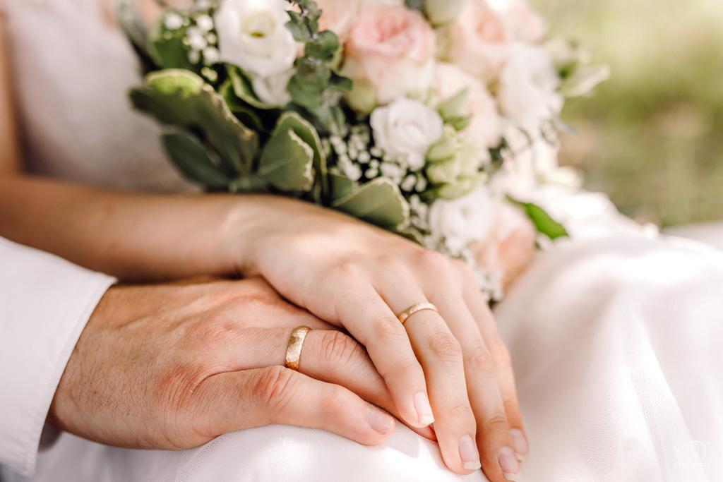 Brautpaar Hände mit Ringen und Brautstrauss Hochzeitsfotograf Karlsruhe