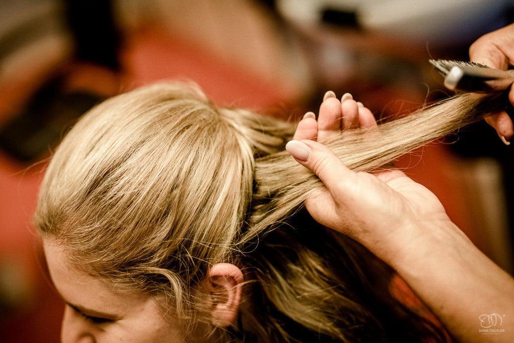 Braut wird frisiert beim Getting Ready beim Friseur
