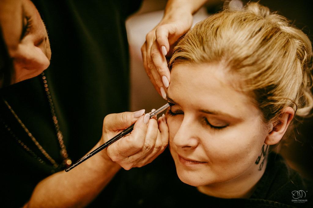 Braut beim Getting Ready beim Friseur Make Up