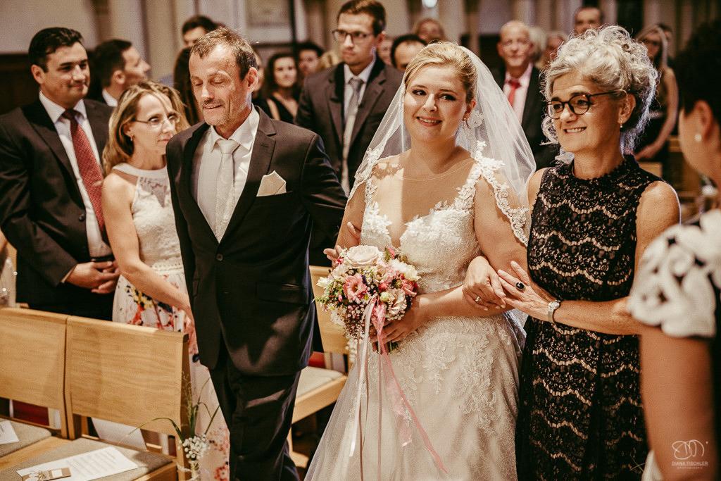 Trauung in der Stadtkirche in Baden-Baden Einzug der Braut mit Brauteltern