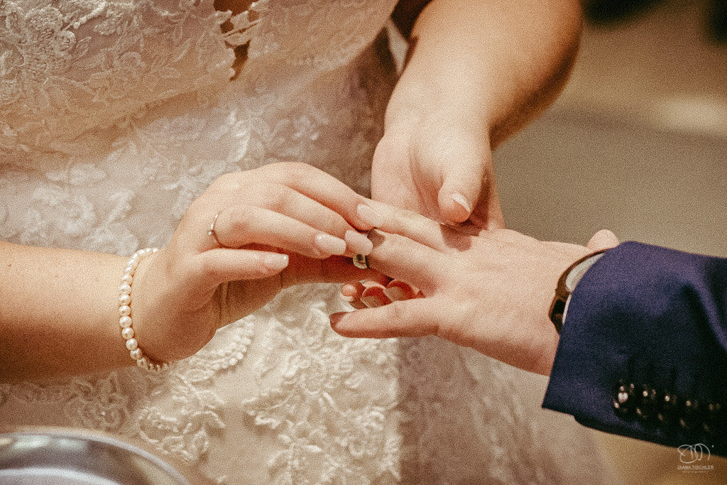 Trauung in der Stadtkirche in Baden-Baden Brautpaar beim Ringtausch