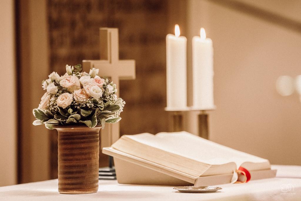 Altar mit Blumen Kerzen Kreuz und Bibel bei der Trauung in der Waldenserkirche Palmbach Hochzeitsfotograf