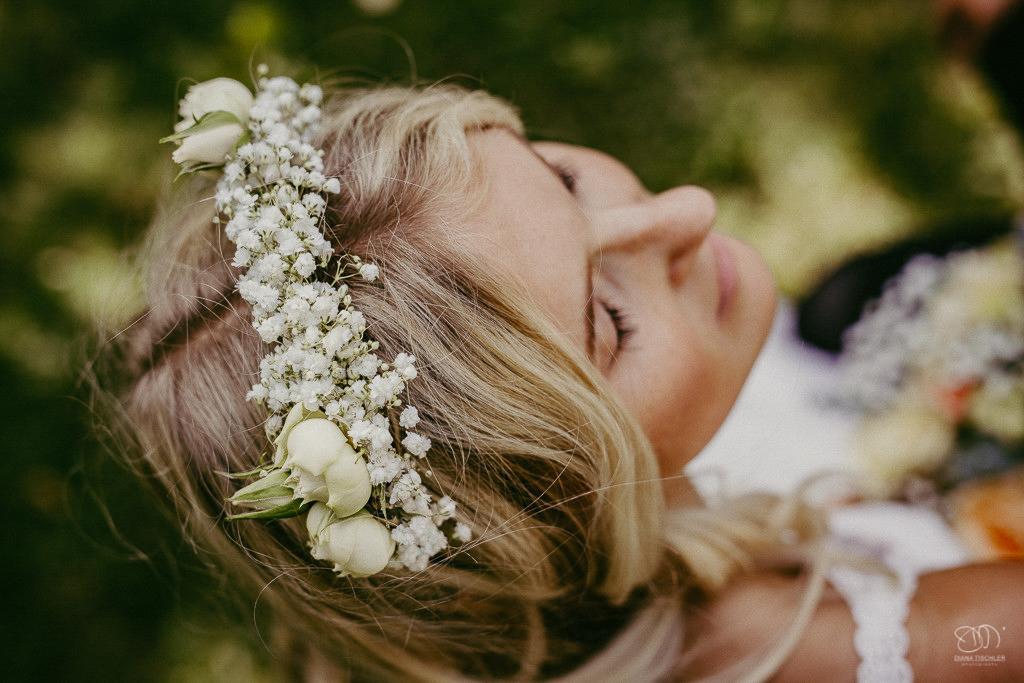 Braut mit zartem Haarkranz aus Schleierkraut Leistungen Hochzeitsfotograf