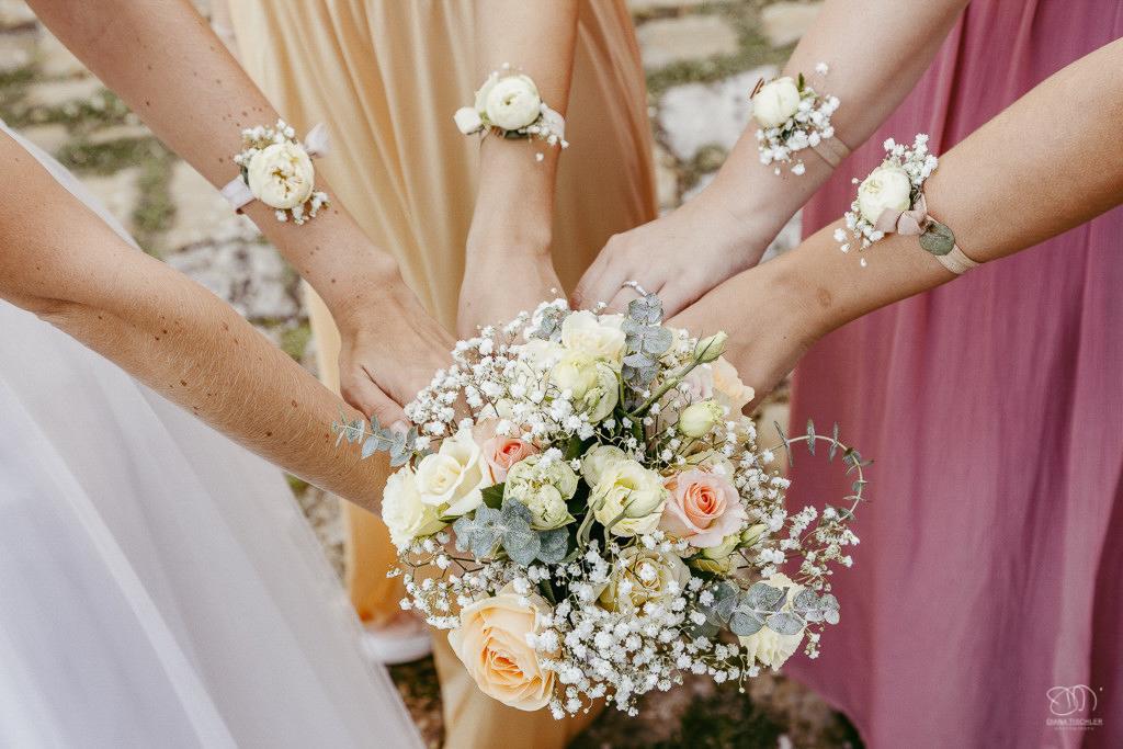 Brautjungfern mit Blumen-Armbänder mit Brautstrauss Leistungen Hochzeitsfotograf