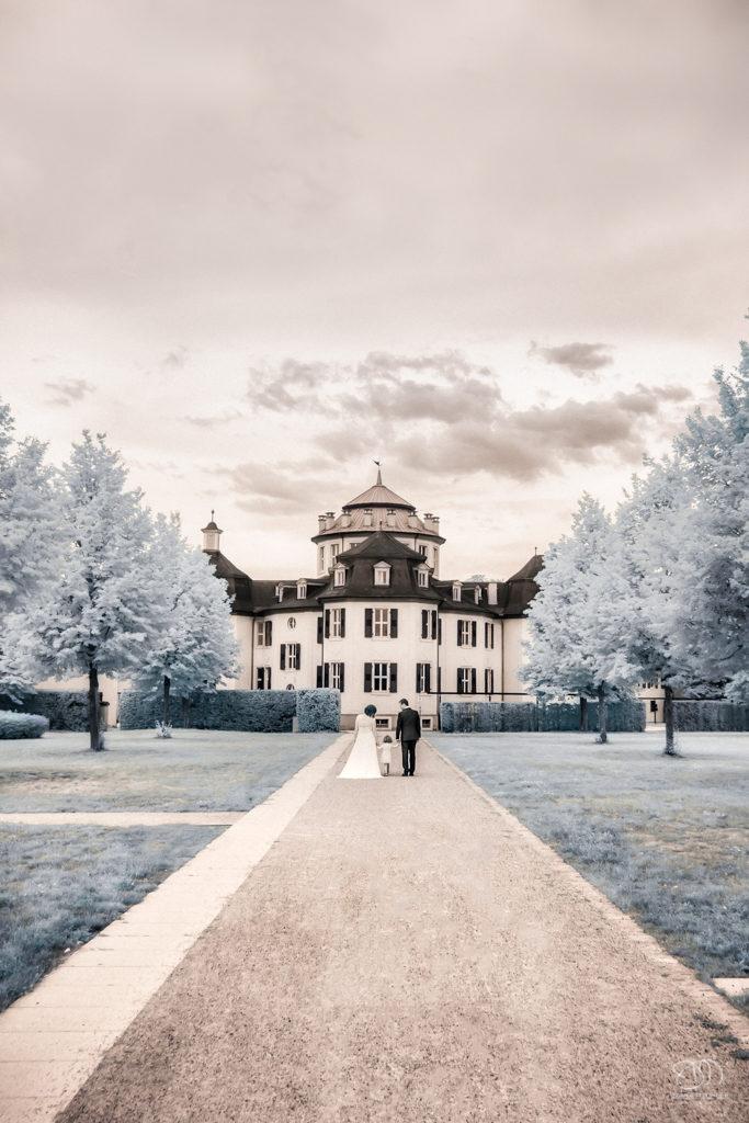 Infrarot Foto Hochzeit Brautpaar mit Kind am Schloss Eremitage
