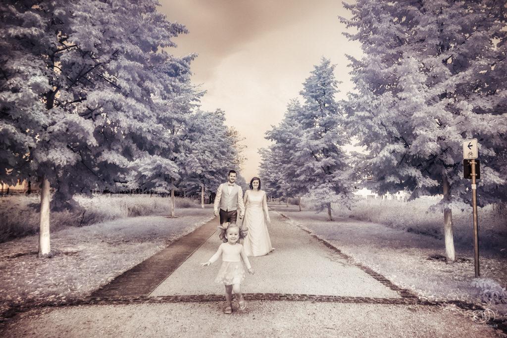 Infrarot Foto Hochzeit Brautpaar mit Kind rennend auf Weg
