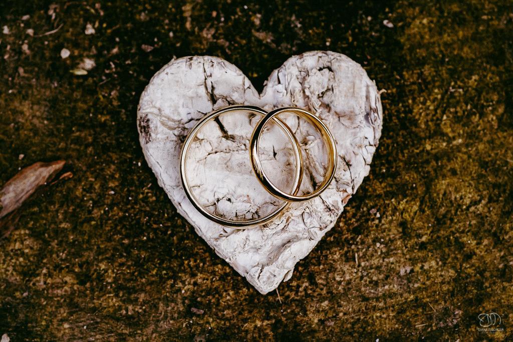 Trauringe Eheringe auf Herz aus Birken-Rinde Leistungen Hochzeitsfotograf
