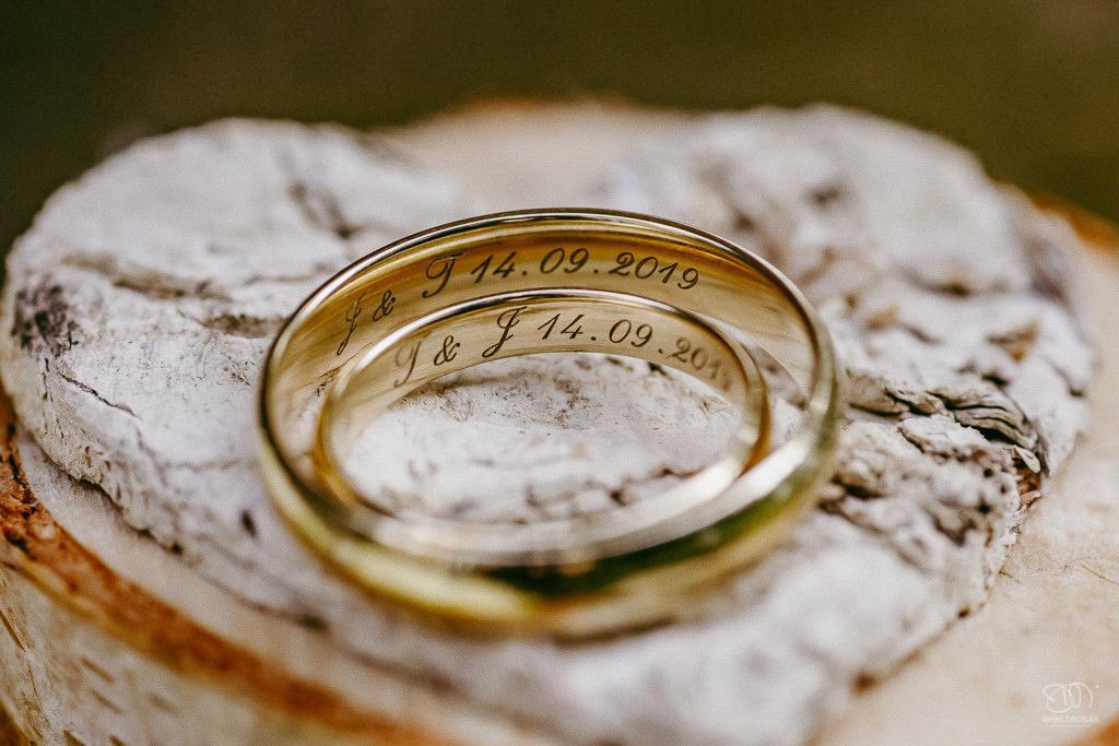 Trauringe Eheringe auf Holzscheibe mit Gravur und Herz aus Birken-Rinde Leistungen Hochzeitsfotograf