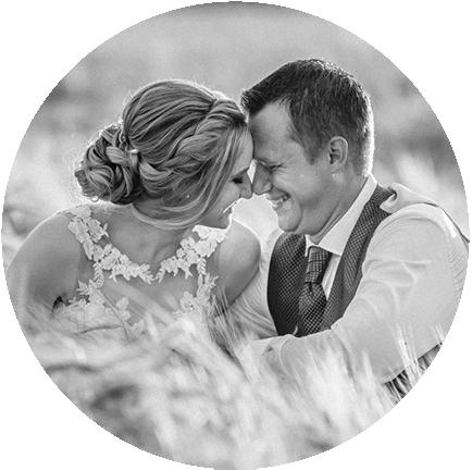 Brautpaar im Feld bei M&H Hüttenvermietung Hochzeit
